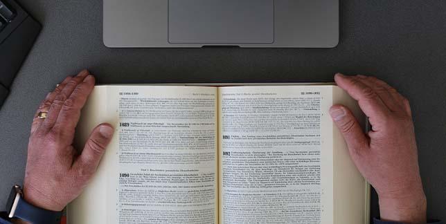 Rechtsanwalt Onno p Heyken liest gesetze